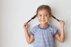 Retrato de feliz, positivo, sonriendo, muchacha juguetona Foto de archivo libre de regalías