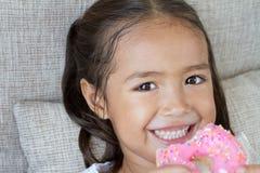 Retrato de feliz, positivo, sonriendo, muchacha juguetona con los anillos de espuma Imágenes de archivo libres de regalías