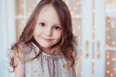 Retrato de feliz, positivo, sorrindo, menina caucasiano bonito Foto de Stock