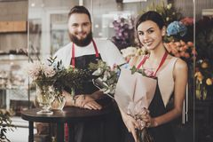 Retrato de floristas de sorriso homem e mulher foto de stock royalty free