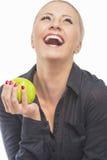 Retrato de G de risa y que se sostiene femenino rubio bonito y feliz Fotografía de archivo