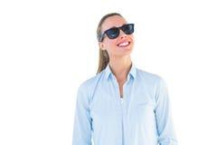 Retrato de gafas de sol que llevan rubias sonrientes Imagenes de archivo