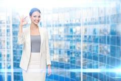 Retrato de gesticular aprovado da mulher de negócio Imagens de Stock Royalty Free