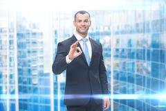 Retrato de gesticular aprovado do homem de negócios imagens de stock royalty free