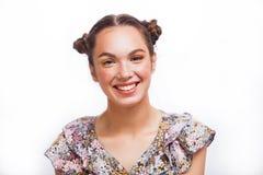 Retrato de Girl del modelo de la belleza aislado en blanco Muchacha adolescente alegre hermosa con las pecas, el peinado y amaril imagenes de archivo