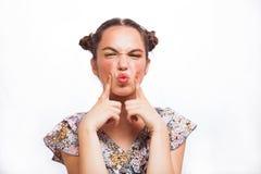 Retrato de Girl del modelo de la belleza aislado en blanco Muchacha adolescente alegre hermosa con las pecas, el peinado y amaril foto de archivo