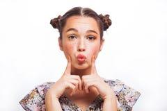 Retrato de Girl del modelo de la belleza aislado en blanco Muchacha adolescente alegre hermosa con las pecas, el peinado y amaril fotos de archivo