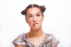 Retrato de Girl del modelo de la belleza aislado en blanco Muchacha adolescente alegre hermosa con las pecas, el peinado y amaril foto de archivo libre de regalías