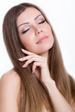 Retrato de goce alegre de la belleza de la muchacha adolescente con el pelo largo marrón brillante hermoso aislado en el fondo bla Imagenes de archivo