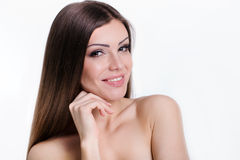 Retrato de goce alegre de la belleza de la muchacha adolescente con el pelo largo marrón brillante hermoso aislado en el fondo bla Fotos de archivo