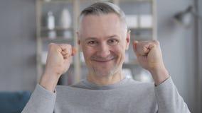 Retrato de Gray Hair Man Celebrating Success vídeos de arquivo