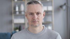 Retrato de Gray Hair Man Looking triste en la c?mara almacen de video
