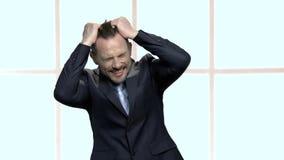 Retrato de gritar al hombre de negocios desesperado almacen de metraje de vídeo