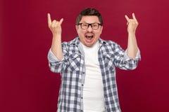 Retrato de gritar al hombre de negocios envejecido centro hermoso en camisa a cuadros casual y las lentes que se colocan con los  fotos de archivo libres de regalías