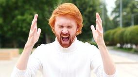 Retrato de gritar al hombre trastornado en oficina, al aire libre metrajes