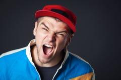 Retrato de gritar al individuo joven en estudio imágenes de archivo libres de regalías