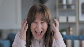 Retrato de gritar a moça ocasional que vai louca video estoque