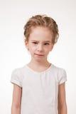 Retrato de guiñar a la muchacha adolescente que señala el finger en la cámara Fotografía de archivo