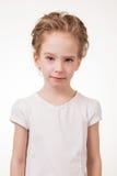 Retrato de guiñar a la muchacha adolescente que señala el finger en la cámara Fotografía de archivo libre de regalías