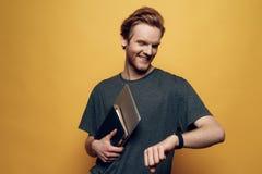 Retrato de Guy Holding Laptop joven alegre imagen de archivo libre de regalías