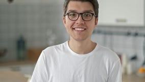 Retrato de Guy Looking barbudo joven hermoso en la cámara con una expresión facial feliz metrajes