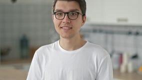 Retrato de Guy Looking farpado novo considerável na câmera com uma expressão facial feliz video estoque