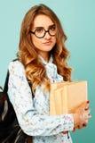 Retrato de HOL bonita del estudiante de los vidrios de la muchacha que lleva pensativa Imagen de archivo