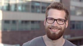 Retrato de hombres barbudos hermosos jovenes en vidrios almacen de metraje de vídeo
