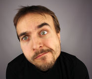 Retrato de homem confuso, fundo cinzento Imagens de Stock