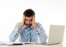Retrato de homem de neg?cios frustrante na dor com sofrimento da dor de cabe?a do esfor?o fotos de stock