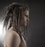 Retrato de homem novo Indivíduo 'sexy' considerável à moda com Dreadlocks imagem de stock royalty free