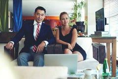 Retrato de homens e de mulher de negócio bem sucedidos novos que trabalham junto em projetos comuns Foto de Stock Royalty Free