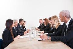 Retrato de homens e de mulheres de negócio sérios Foto de Stock Royalty Free