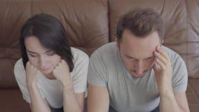 Retrato de homens e de mulheres frustrantes tristes provavelmente após uma discussão Problemas no relacionamento entre o marido e video estoque