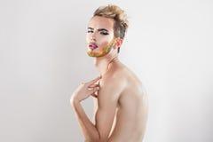 Retrato de Horizotnal del modelo gay hermoso con la barba multicolora Imagenes de archivo