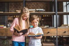 retrato de irmãos de sorriso com os livros nas mãos imagem de stock royalty free
