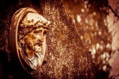 Retrato de Jesús en una piedra grave vieja Imagen de archivo libre de regalías