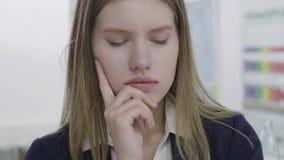 Retrato de jovem senhora triste interessada na roupa formal que olha ausente e na c?mera, pensando sobre seu fim do problema video estoque