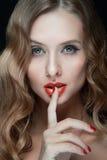 Retrato de jovens mulheres bonitas com bordos vermelhos Fotos de Stock Royalty Free