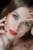 Retrato de jovens mulheres bonitas com bordos vermelhos Fotografia de Stock
