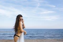 Retrato de jovens mulheres com o corpo perfeito que levanta ao descansar após nadar no mar no dia ensolarado, fotos de stock