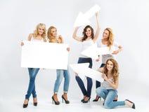 Retrato de jovens senhoras alegres com setas Foto de Stock Royalty Free