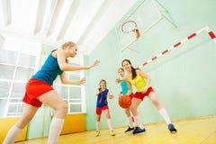 Retrato de jugadores de básquet adolescentes en la acción Fotografía de archivo libre de regalías