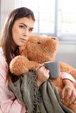 Retrato de la abrazo de la mañana con el oso de peluche Foto de archivo