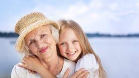 Retrato de la abuela feliz y de la nieta que miran la C Imagenes de archivo