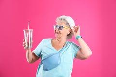 Retrato de la abuela fresca con la bebida fotos de archivo libres de regalías