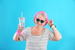 Retrato de la abuela fresca con la bebida fotos de archivo