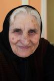 Retrato de la abuela sonriente, mirando la cámara imagen de archivo libre de regalías