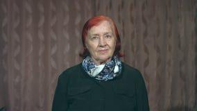 Retrato de la abuela Torneado de sus left and right de la cabeza de la cámara 2 tiros almacen de video