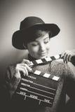 Retrato de la actriz joven que sostiene una chapaleta de la película Imagen de archivo